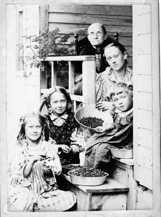 3 generations of the nutting family 1897.jpg