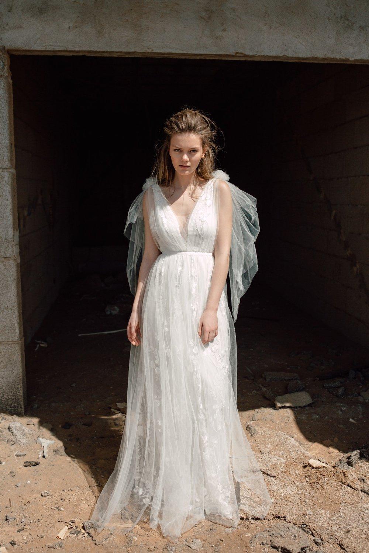 KALINA DRESS - Langes A-Linien Kleid aus Spitze und Tüll. Flügelchen aus Tüll an den Schultern zum abknöpfen. V-Ausschnitt. Ripsband in der Taille. Reißverschluss in der hinteren Mitte.Material: 100% PES / 100% SE / 100% SE2.490 €Rock auch einzeln erhältlich:1.900 €