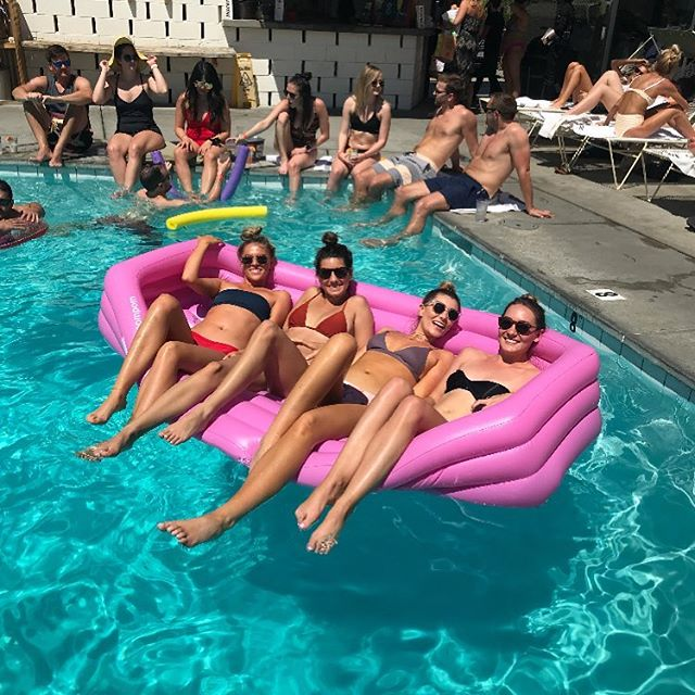 Greetings from the Ace Hotel in Palms Springs 👋🏻 📷 @whatshaysay . . . . . . #float #pool #floatlife #poolfoats #party #fun #summer #fucksummer