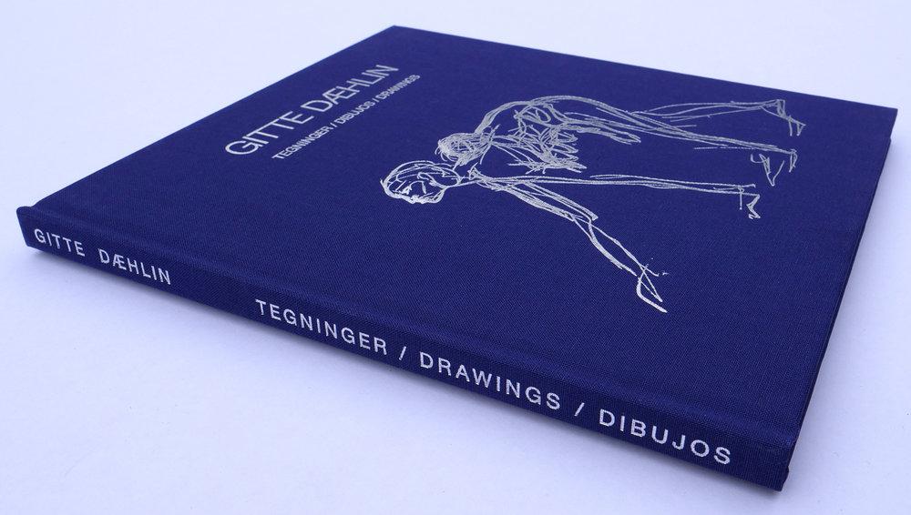 Gitte Dæhlin - Tegninger / Drawings / Dibujos   Boka tar for seg billedkunstner Gitte Dæhlin (1956-2012) tegneriske praksis. Dæhlin er best kjent for skulpturer i tekstil, lær, plantefibre, pappmasjé og bronse. Ved siden av hennes skulpturelle arbeider utviklet hun over mange år en omfattende tegnerisk produksjon. I overkant av 2000 tegninger fra Dæhlins arkiv er her redusert til en presentasjon av 63 utvalgte tegninger.  Boka er støttet av Kulturrådet, Stiftelsen Fritt Ord, Office for Contemporary Art Norway og Billedkunstnernes Vederlagsfond.  ISBN 978-82-303-3836-0 Forfattere: Sissel Lillebostad og Cecilie Skeide  Oversettere: Peter Cripps og Antón Lado  Redaktør: Hanne Grieg Hermansen  Design: Hanne Grieg Hermansen  Sideantall: 96  Språk: norsk, engelsk og spansk Opplag : 500 eksemplarer Pris : 280 kr Utgitt 7. april 2018
