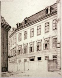 Ordenshuset - Högre adelsmän lockades till staden med löften om tomter för bebyggelse, men problemet var bristen på sådana på Stadsholmen, det nuvarande Gamla Stan.De fåtal kvarvarande tomterna erbjöds hemvändande fältherrar och generaler, som hade den ekonomiska möjligheten att bygga stora palats.Därför erbjöds de blivande ämbetsmännen tomter i Norre Förstaden, men etableringen gick trögt. Då lät förmyndarregeringen runt 1640 bygga Drottning Kristinas Lustslott vid Trädgårdsgatan, för att skänka kunglig glans åt Norrmalm. Glansen behövdes för att få högadeln att acceptera tomtdonationerna i en enkelt bebyggd stadsdel med bara soldater, sjömän och hantverkare knutna till Slottet eller Kronans verkstäder i området, samt Kronans skeppsgård och hamnar på Blasieholmen som grannar. Knepet lyckades och området blev plötsligt attraktivt att bebygga.