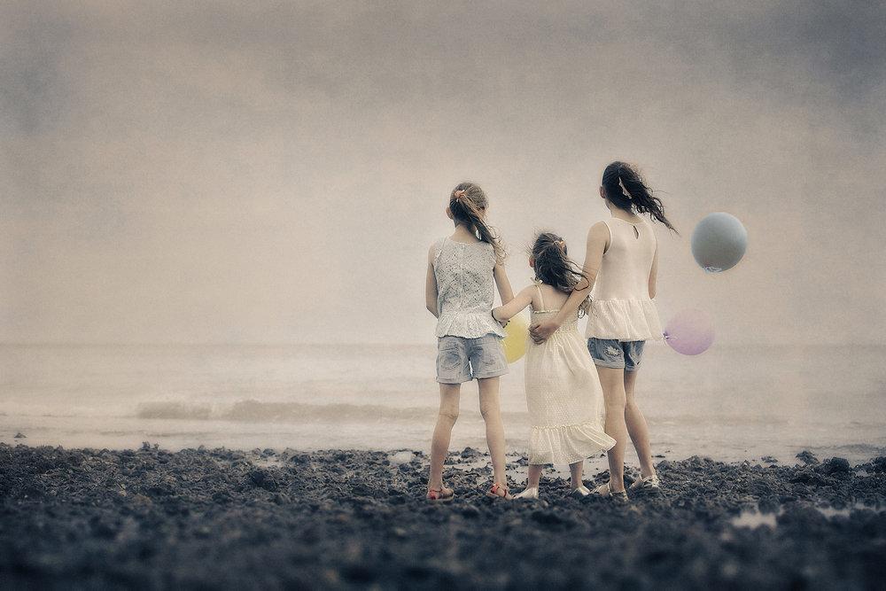 artistic beach portrait of sisters-free portrait tutorials.jpg