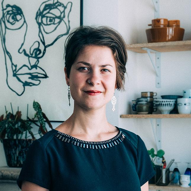 Chloë:  Grafisch ontwerper met een grote liefde voor duurzame, betekenisvolle verhalen. Met haar speelse stijl weet Chloë een breed publiek te bereiken. Ze krijgt energie van projecten met positieve impact.     Expertise:  Grafisch ontwerp, Typografie, Drukwerk   Website  |  LinkedIn  |  Instagram
