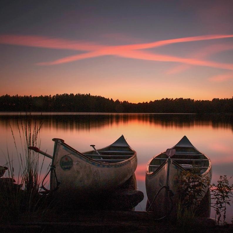 BAD - SJÖN IMMELNImmeln är en stor underbar sjö belägen i nordöstra Skåne med massor utav små öar och egna smultronställen att utforska med en kanot eller båt. Mer stillsamma och rofyllda sommarkvällar är svårt att hitta. Tips inskickat av: www.instagram.com/dansade