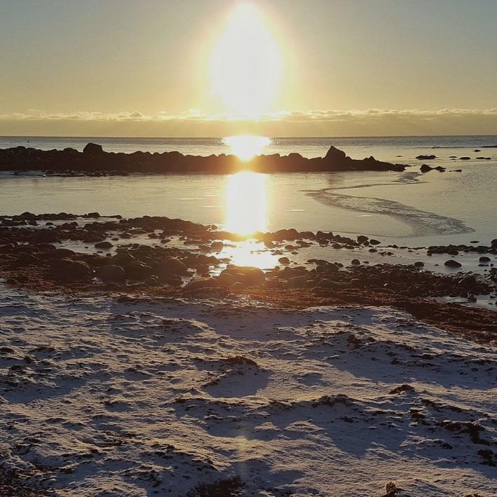 BAD - STENINGE STRANDSteninge strand är en liten sandstrand placerad i hjärtat av Steninge. Stranden är omgiven av ett vackert naturreservat och idealisk för familjer. Här kan du kombinera en fin vandring med ett dopp.Tips inskickat av: Adam
