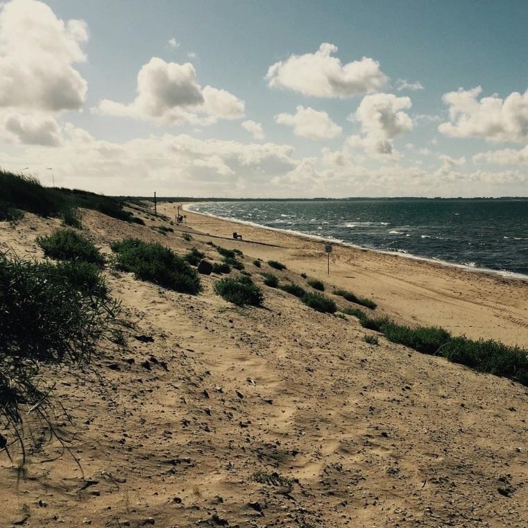 BAD - ÄNGLEHOLMS HAVSBADEn sex kilometer lång sandstrand som bjuder in till både härliga promenader och vackra dagar i solen.Tips inskickat av: Yasmina