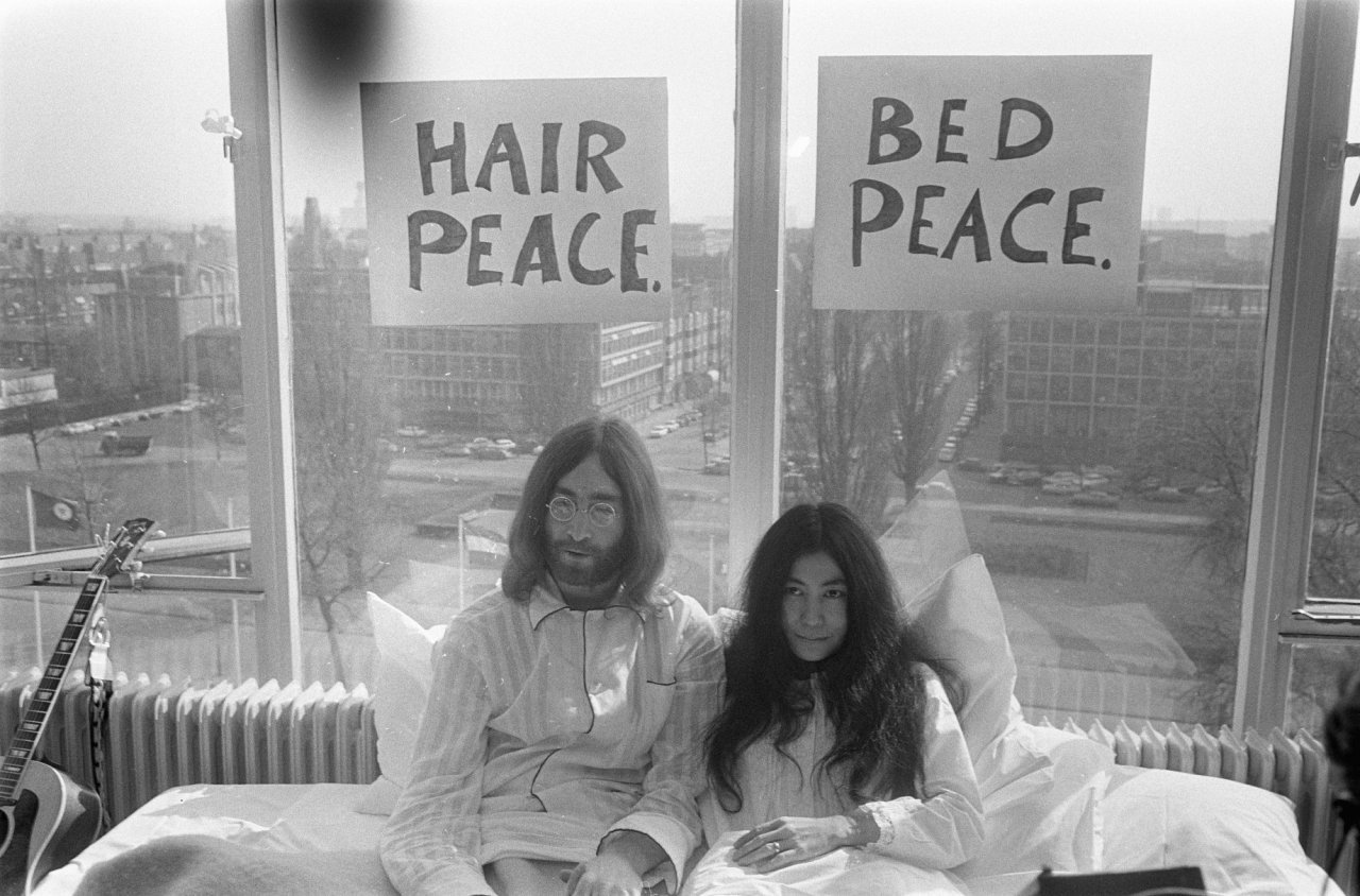Bed-In_for_Peace,_Amsterdam_1969_-_John_Lennon_&_Yoko_Ono_13