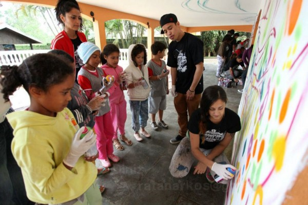 Essencia -- Fiya works on a mural with kids