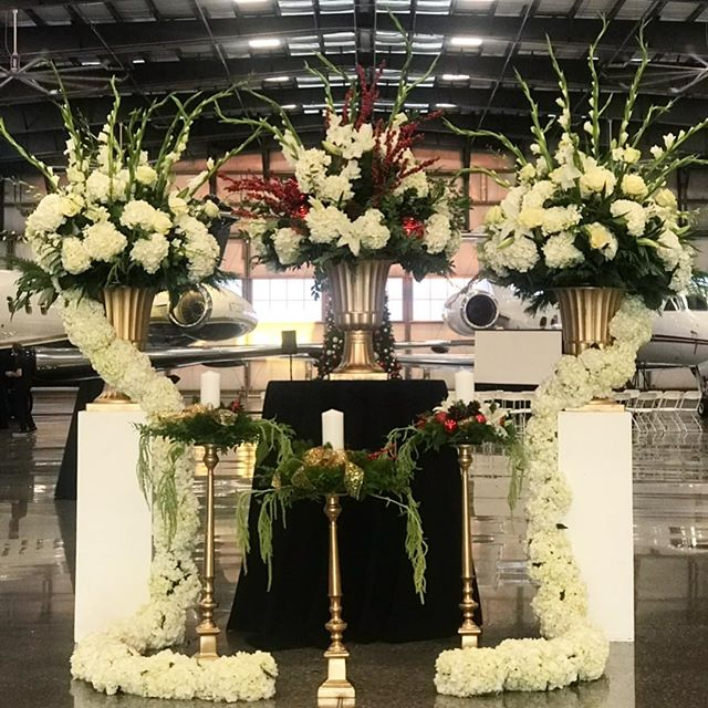 Holiday Party Floral Display 🌲🥀 For business inquires 📞(805) 746-4941 #hydrangea #highendflorist#xmass#luxuryflowers #floraldisplay #losangelesflowers