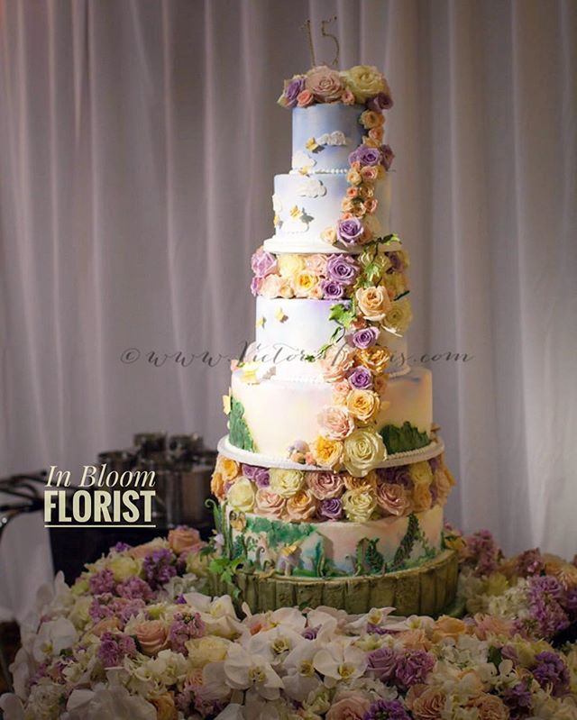 CAKe CAKE CAKE... best cake accessory? Flowers 💐 #venturacountywedding #venturacountyflorist #805flowers #venturacounty #cake #quincecake