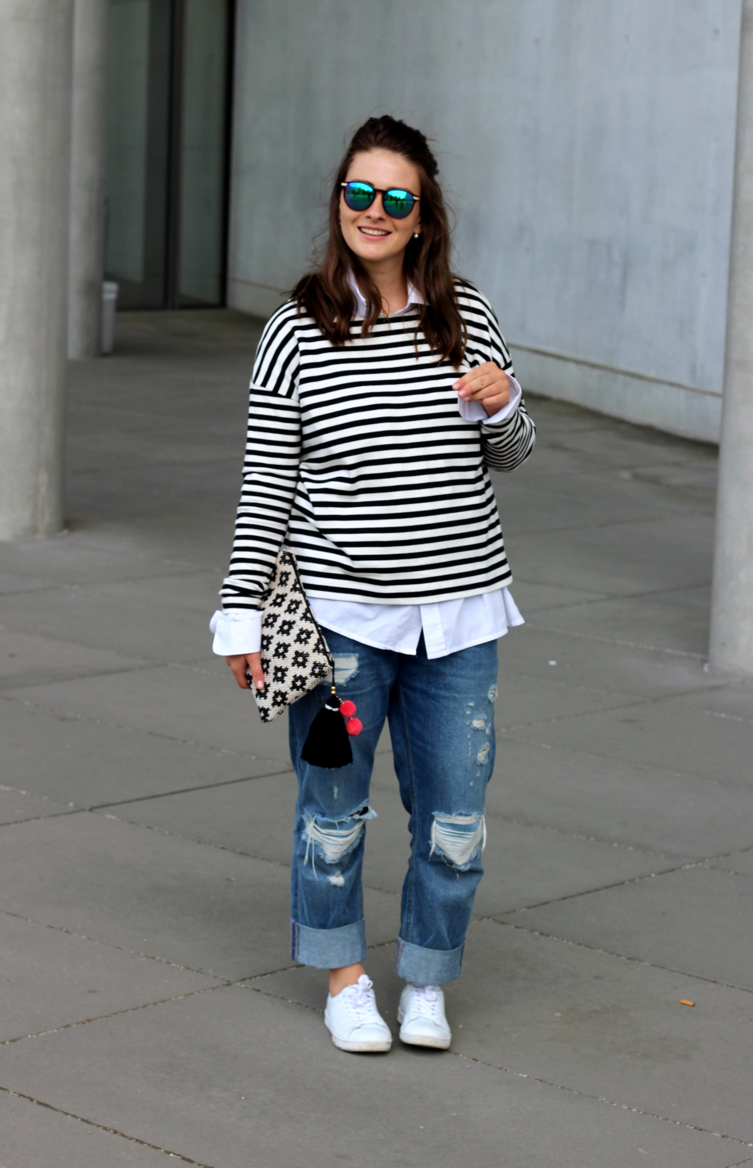 annaporter-classic-outfit-look-jeans-stripes-white-sneakers-asos-mango-clutch