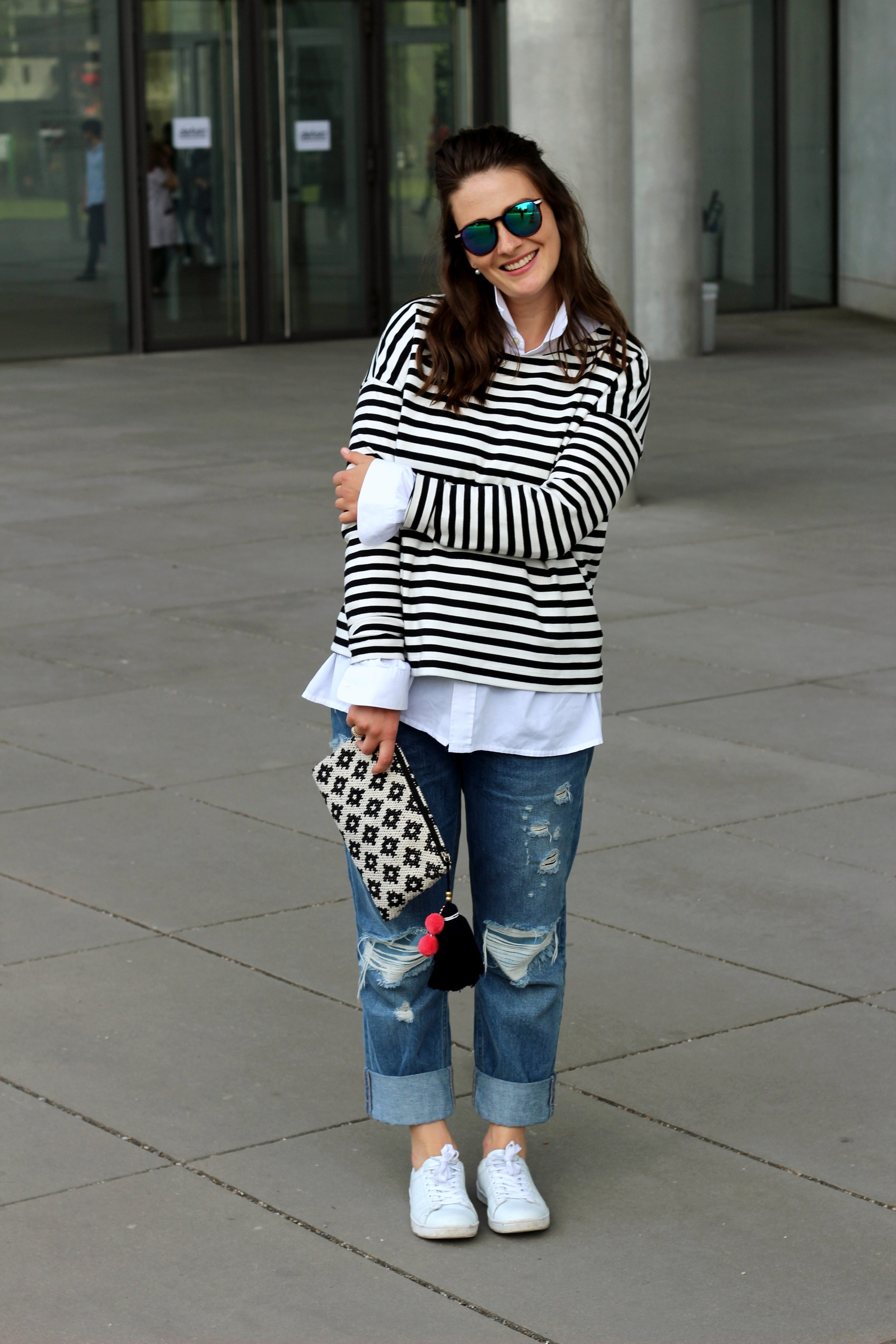 annaporter-classic-outfit-look-jeans-stripes-white-sneakers-asos-mango-clutch-4