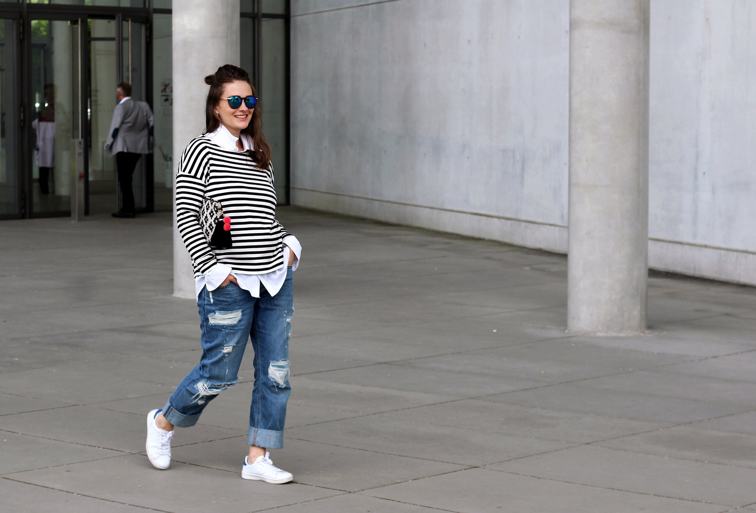 annaporter-classic-outfit-look-jeans-stripes-white-sneakers-asos-mango-clutch-1