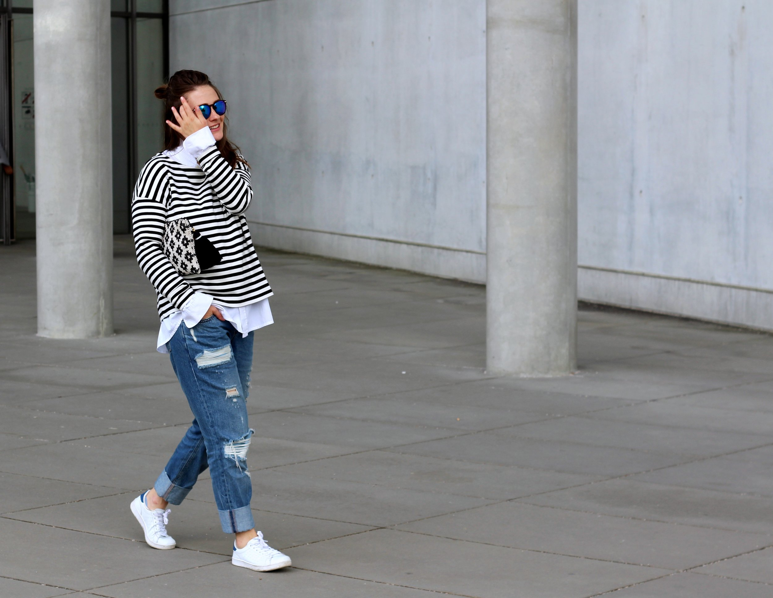 annaporter-classic-outfit-look-jeans-stripes-white-sneakers-asos-mango-clutch-5