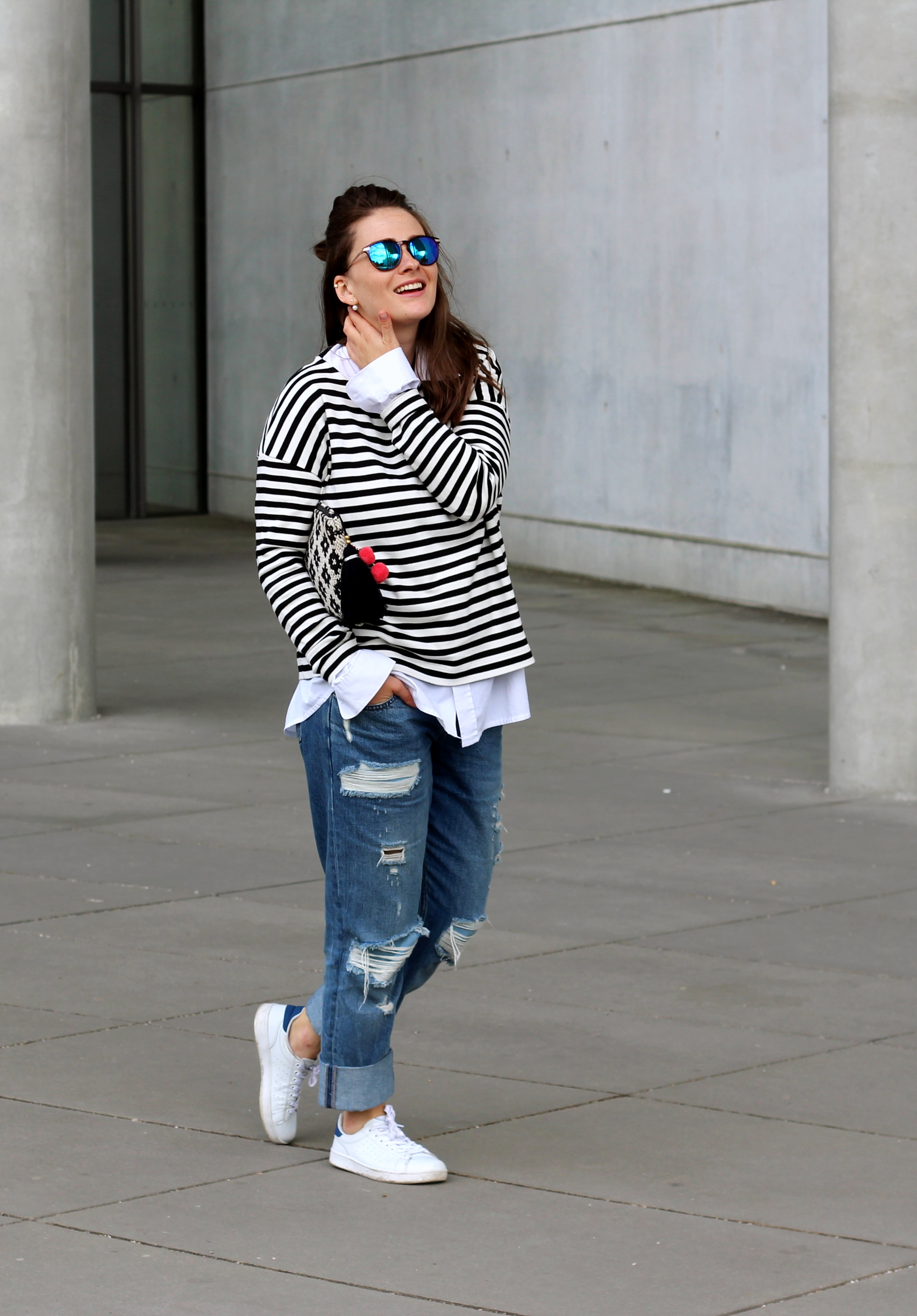 annaporter-classic-outfit-look-jeans-stripes-white-sneakers-asos-mango-clutch-2