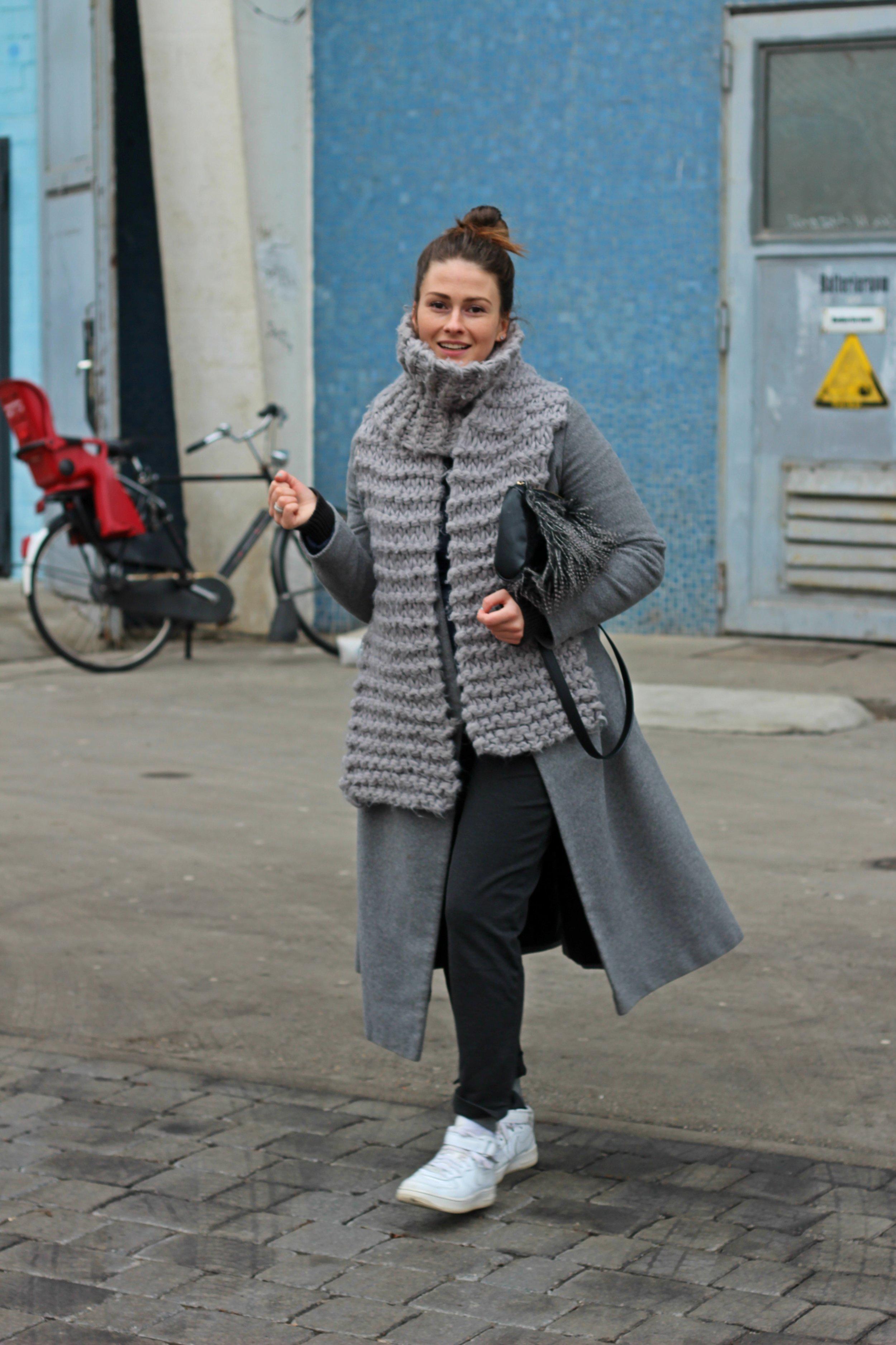 trade-show-berlin-look-annaporter-grey-coat-3