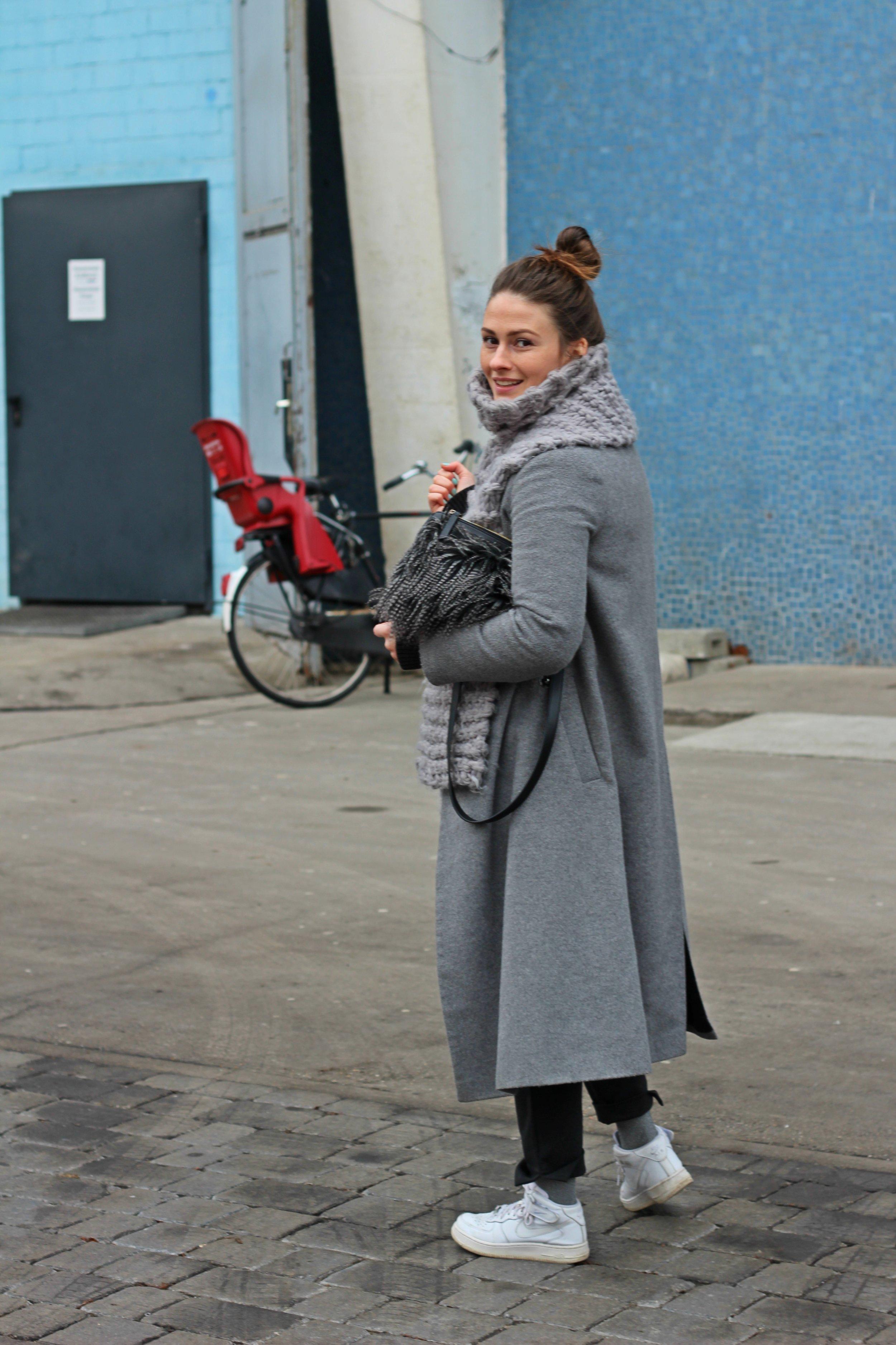 trade-show-berlin-look-annaporter-grey-coat-4