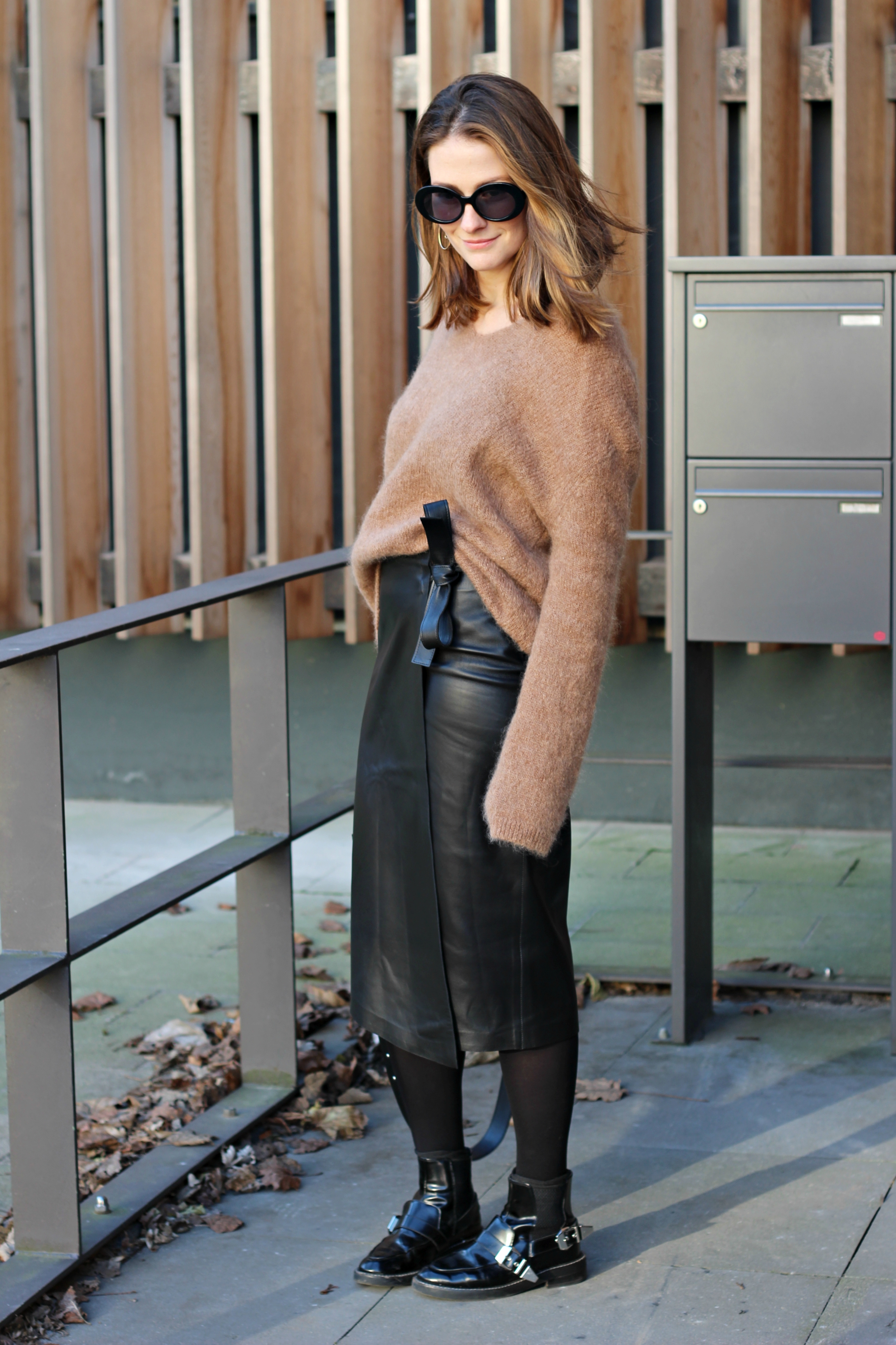annaporter-camel-sweater-leather-skirt-hm-4