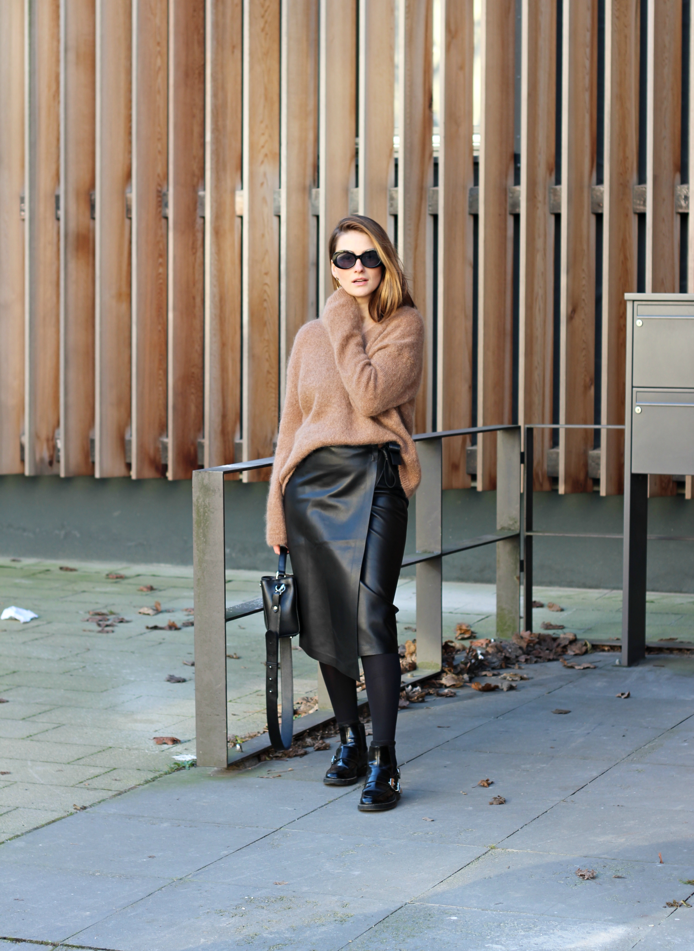annaporter-camel-sweater-leather-skirt-hm