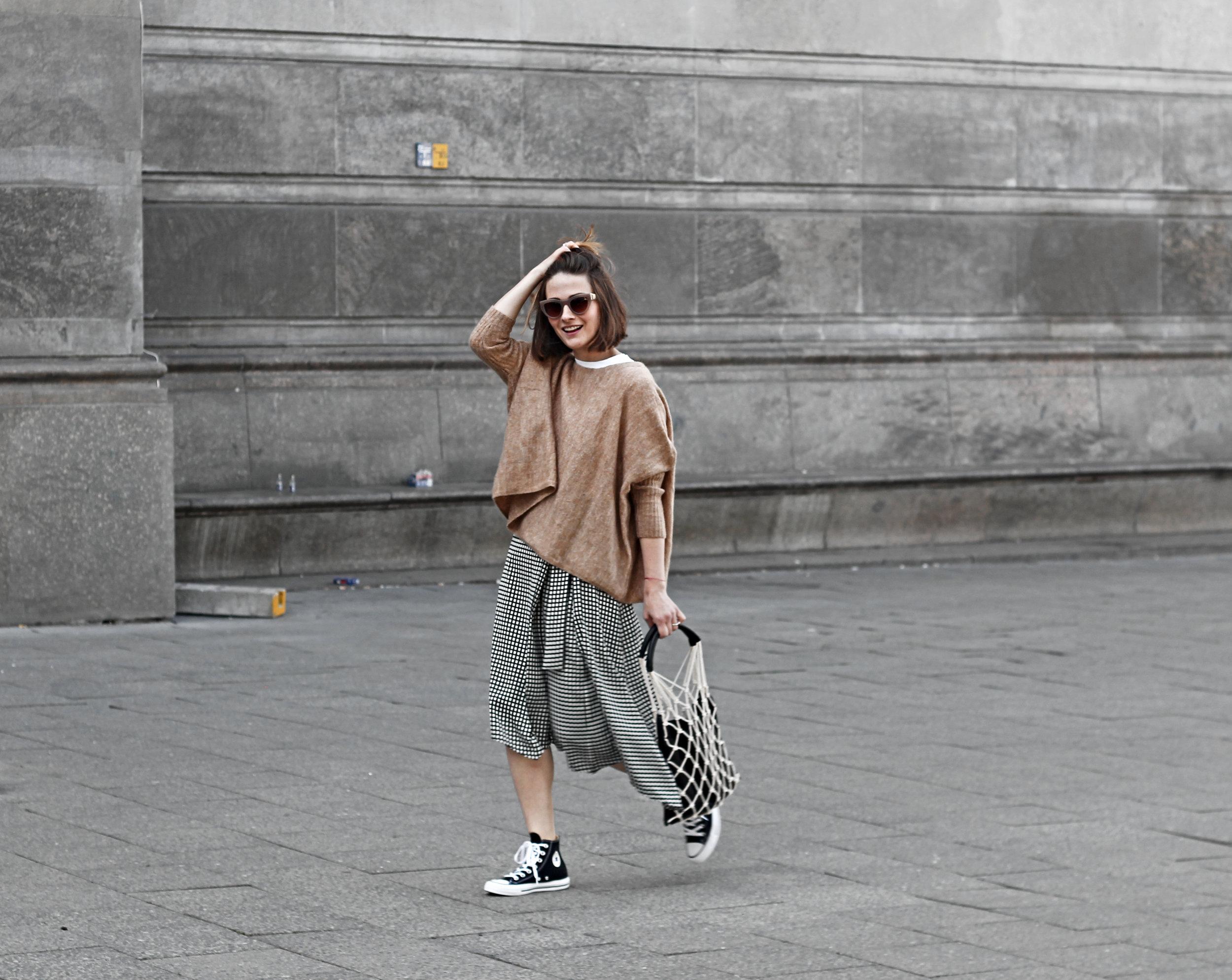 annaporter-fishnet-bag-camel-pullover-converse-high-sneakers-komono-sunglasses-3
