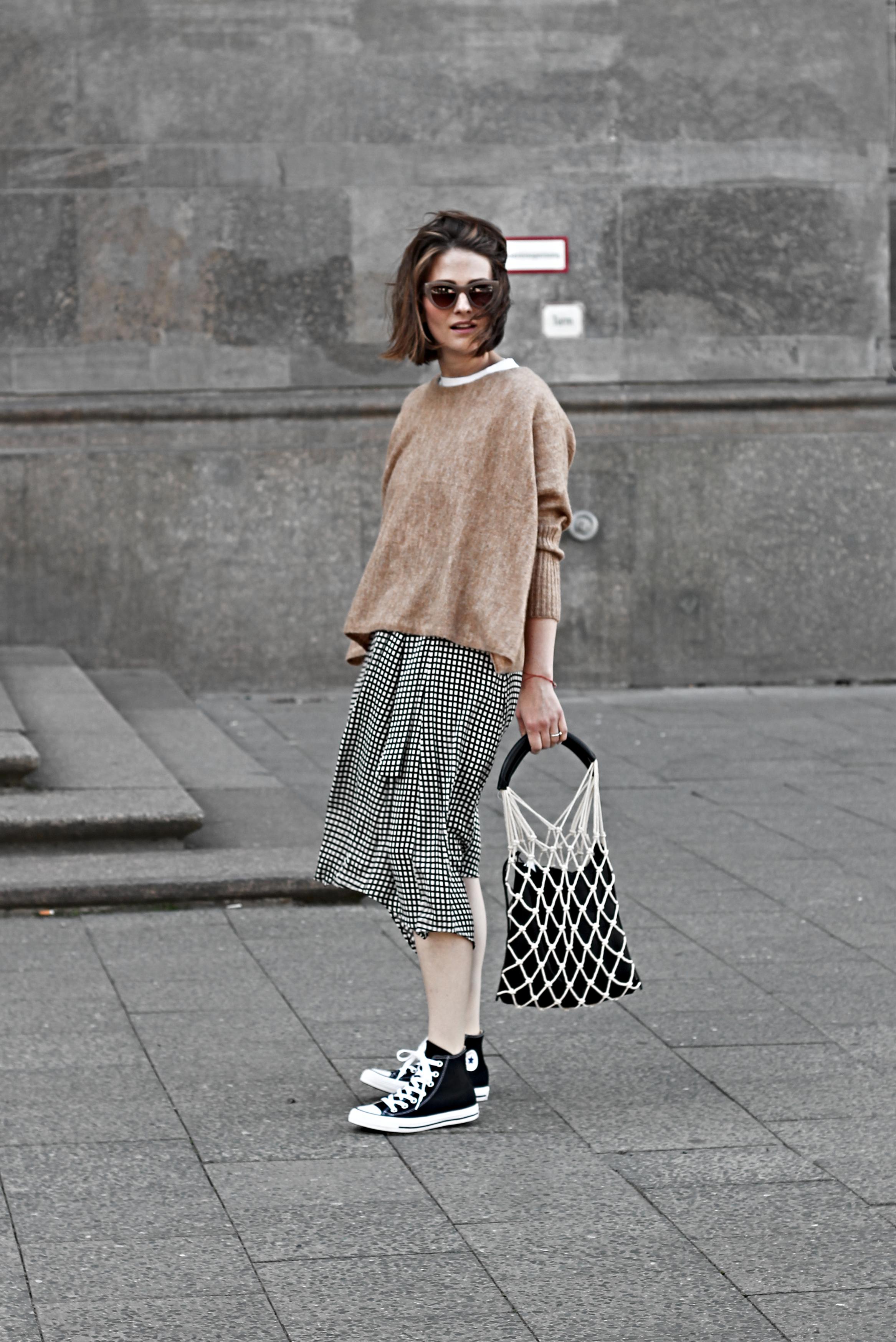 annaporter-fishnet-bag-camel-pullover-converse-high-sneakers-komono-sunglasses-6