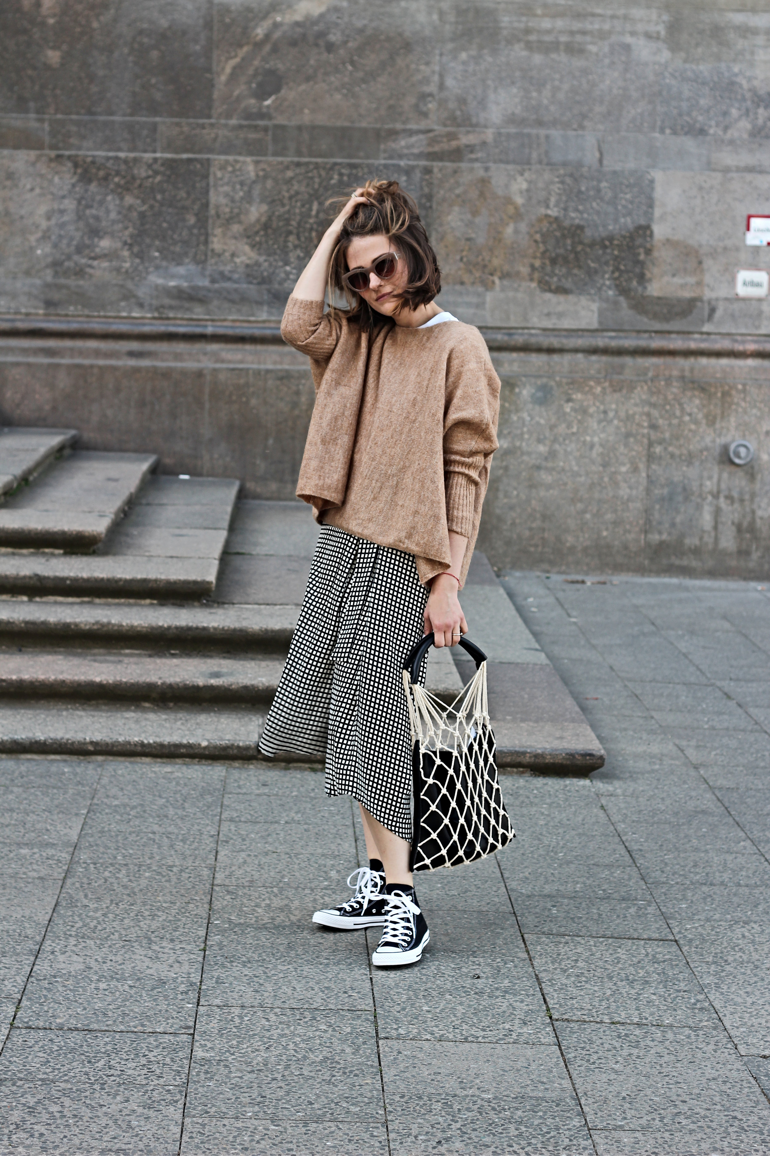annaporter-fishnet-bag-converse-high-sneakers-camel-pullover-komono-1