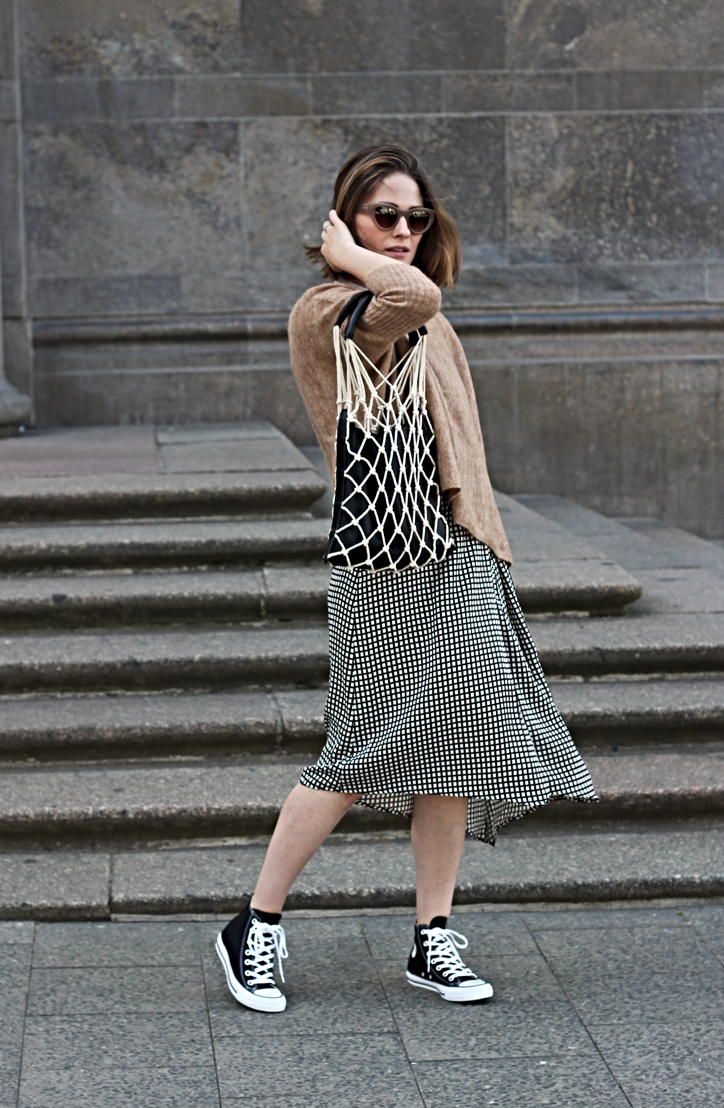 annaporter-fishnet-bag-converse-high-sneakers-camel-pullover-komono