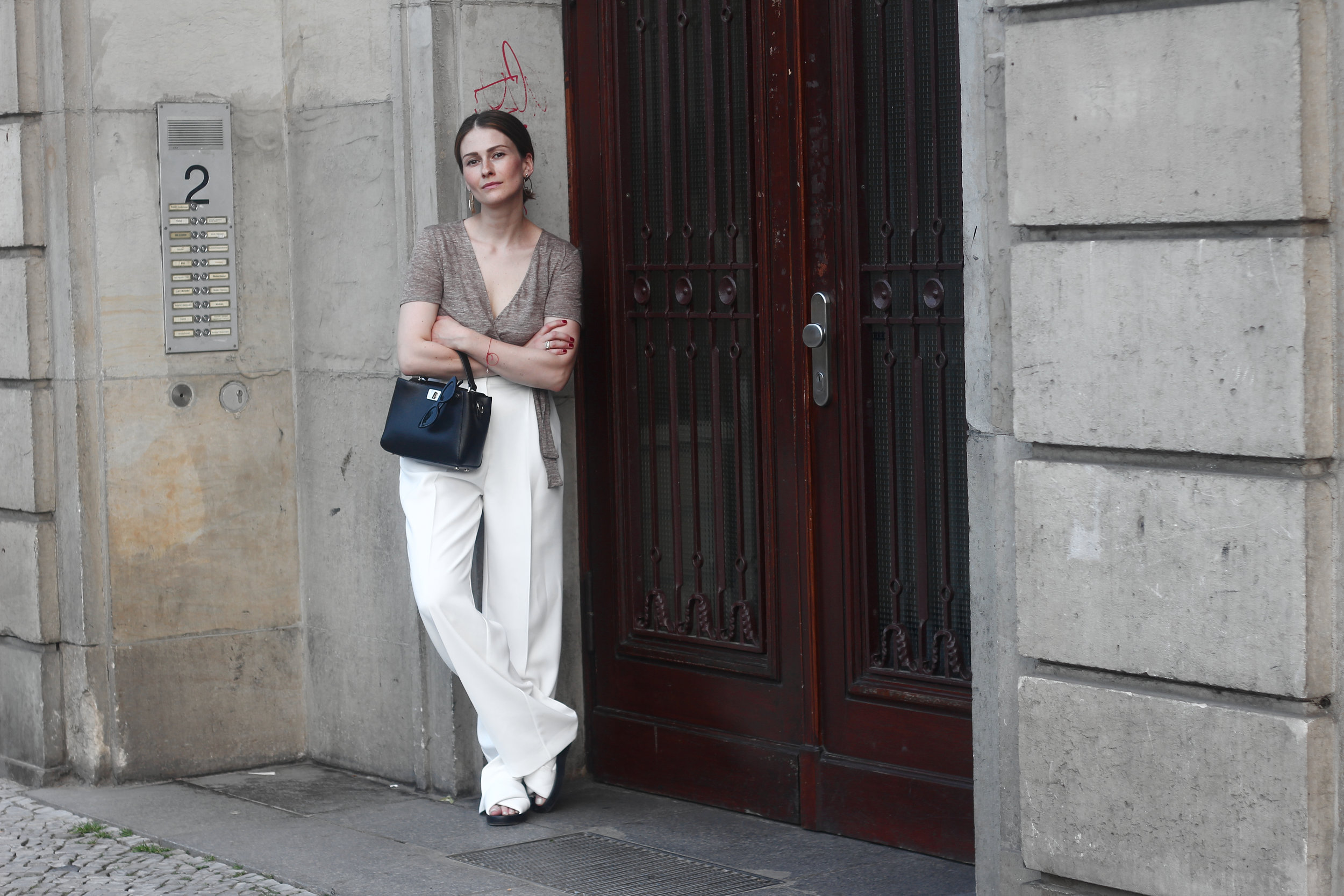 annaporter-white-trousers-croppedtop-summer-look-3