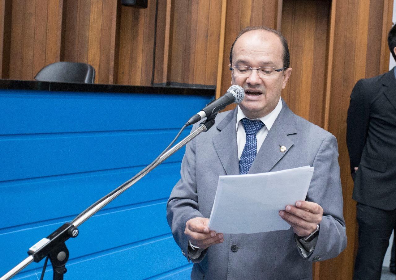 Barbosinha presta homenagem a policiais militares por eficiência durante ocorrência. Foto: João Garrigó