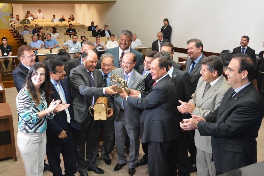 A sessão ordinária foi suspensa para uma homenagem ao deputado Barbosinha.  Foto: Victor Chileno
