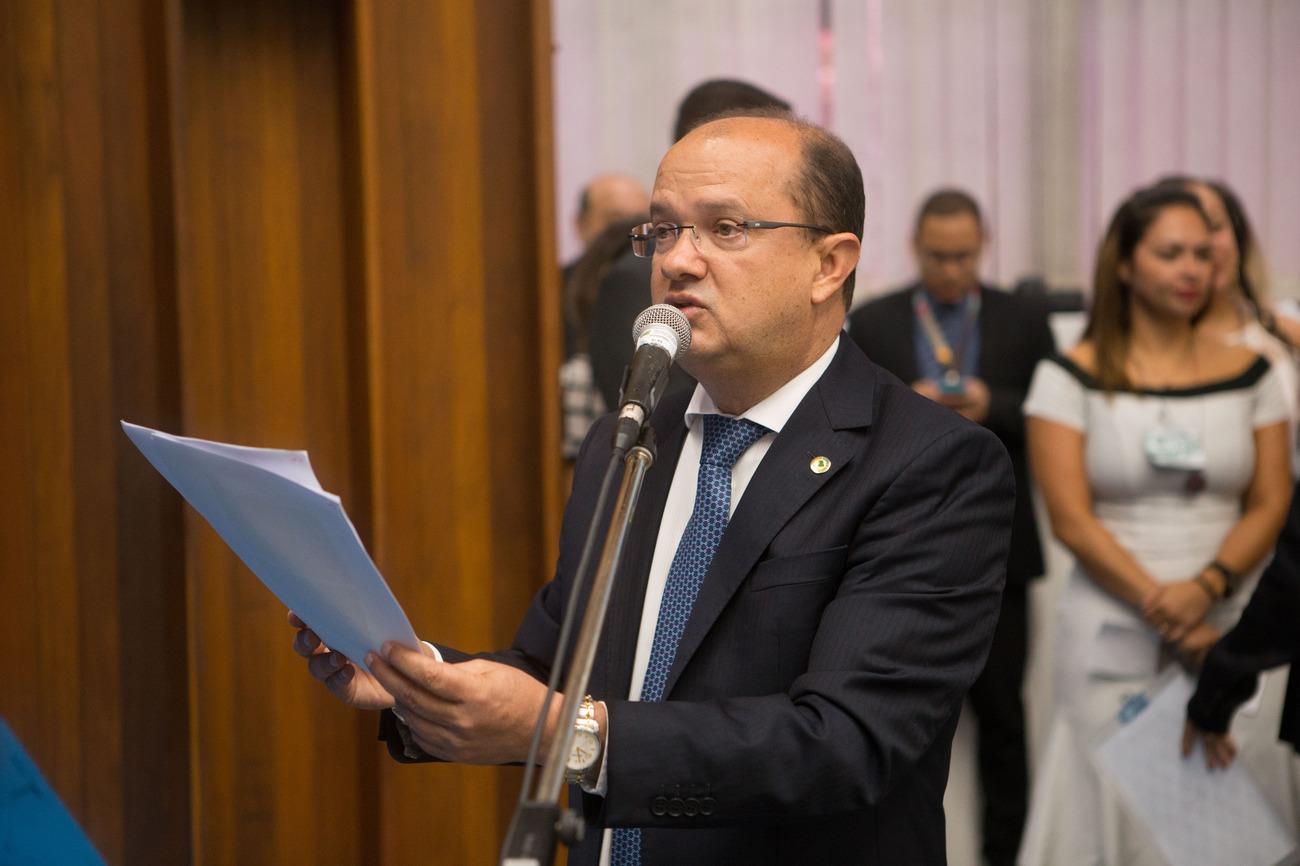Deputado Barbosinha apresenta indicações na sessão desta terça-feira. Fotos: João Garrigó