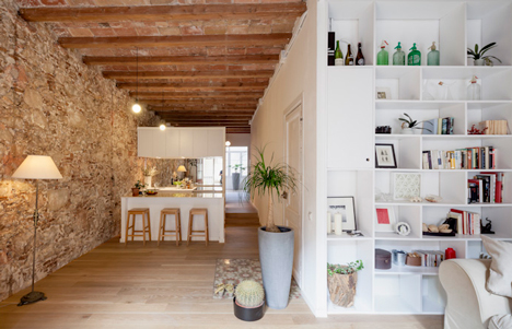 Renovated-apartment-in-Les-Corts-by-Sergi-Pons_dezeen_1