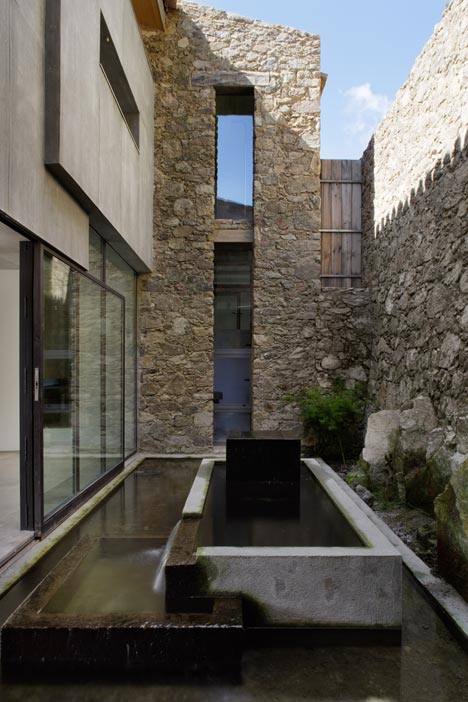 dezeen_Off-Grid-Home-in-Extremadura-by-Abaton_12