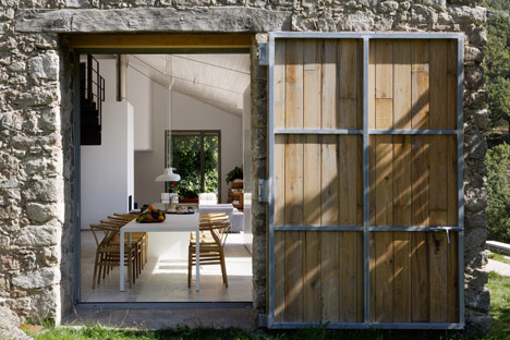 dezeen_Off-Grid-Home-in-Extremadura-by-Abaton_4