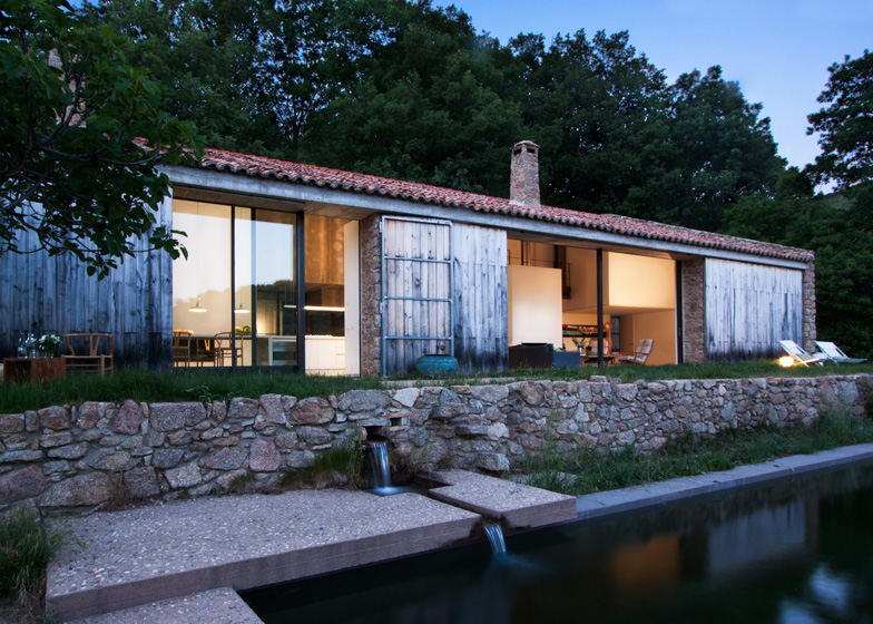 dezeen_Off-Grid-Home-in-Extremadura-by-Abaton_ss_2