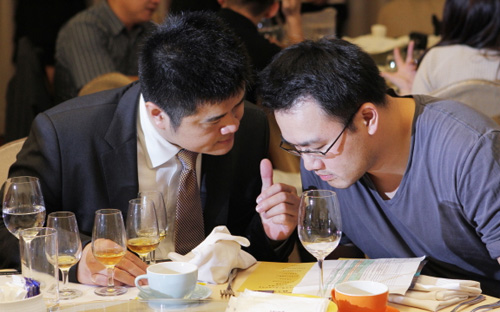 Jackie Lin gives Thomas Chen a thumbs up at Taipei launch of Canadian Rockies whisky.