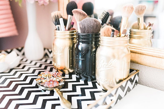Easy Ways To Use Mason Jars To Organize Your Room