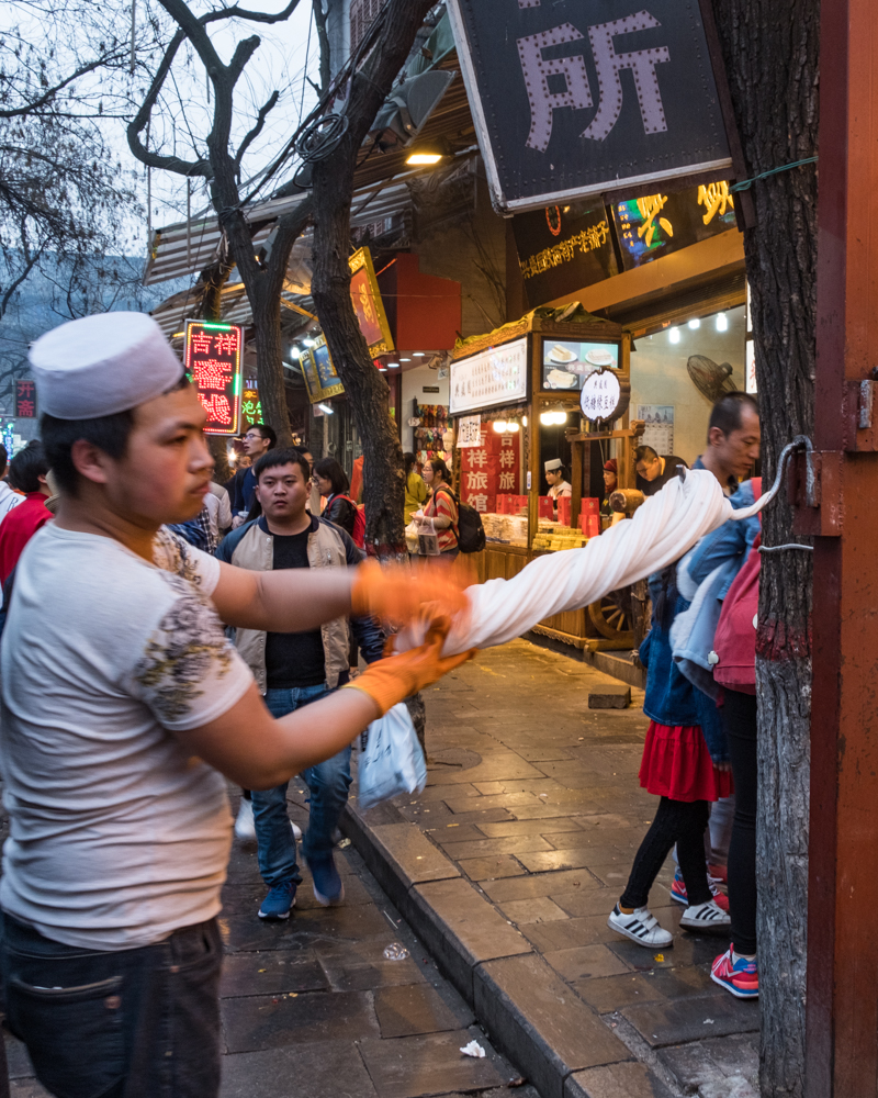 AMAZING FOODS YOU HAVE TO TRY WHEN VMUSLIM STREET IN XI'AN CHINA