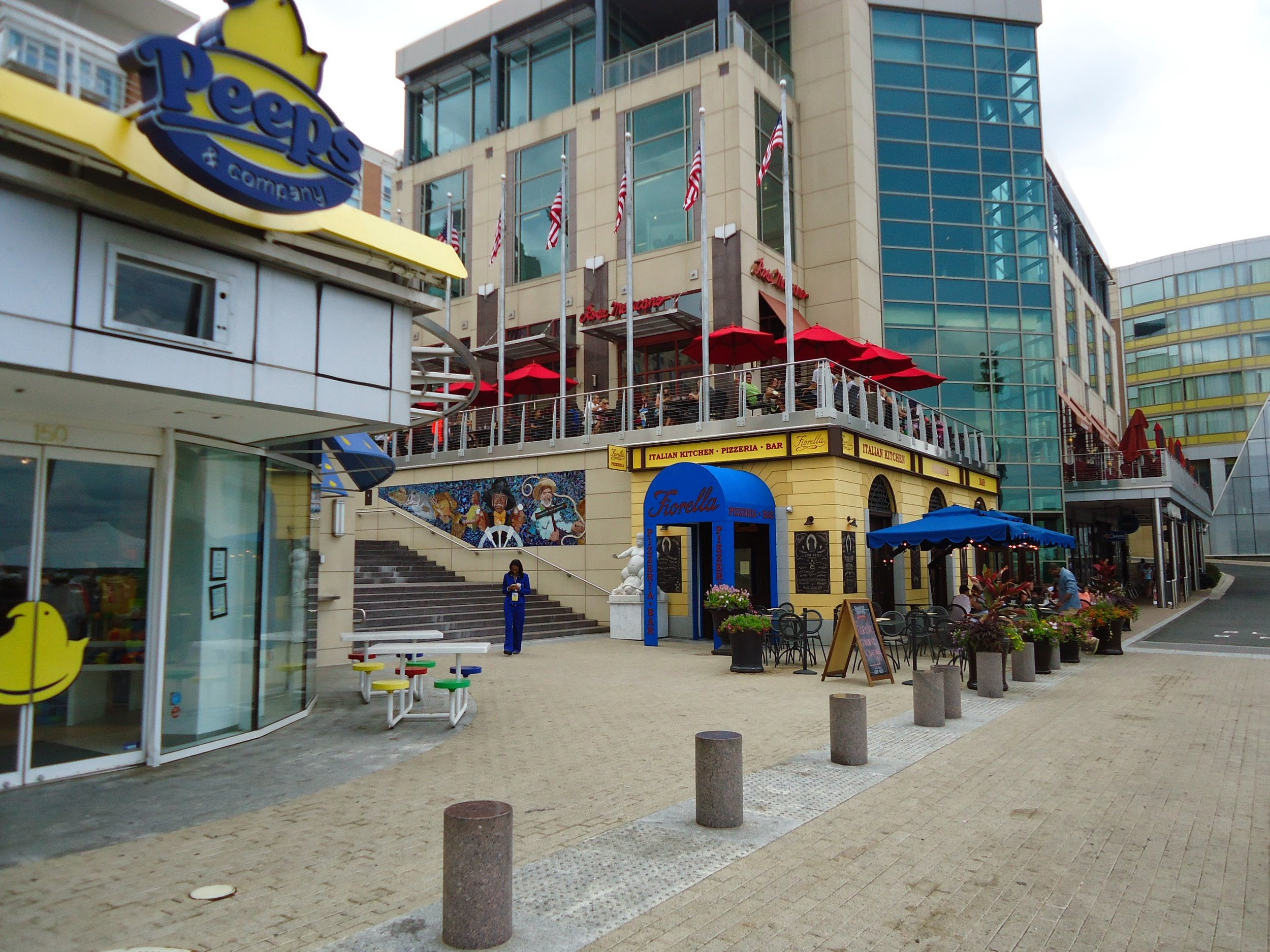 View_of_stores_and_restaurants_at_National_Harbor_in_Maryland