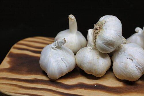 garlic-bulbs-on-brown-surface-1392585.jpg