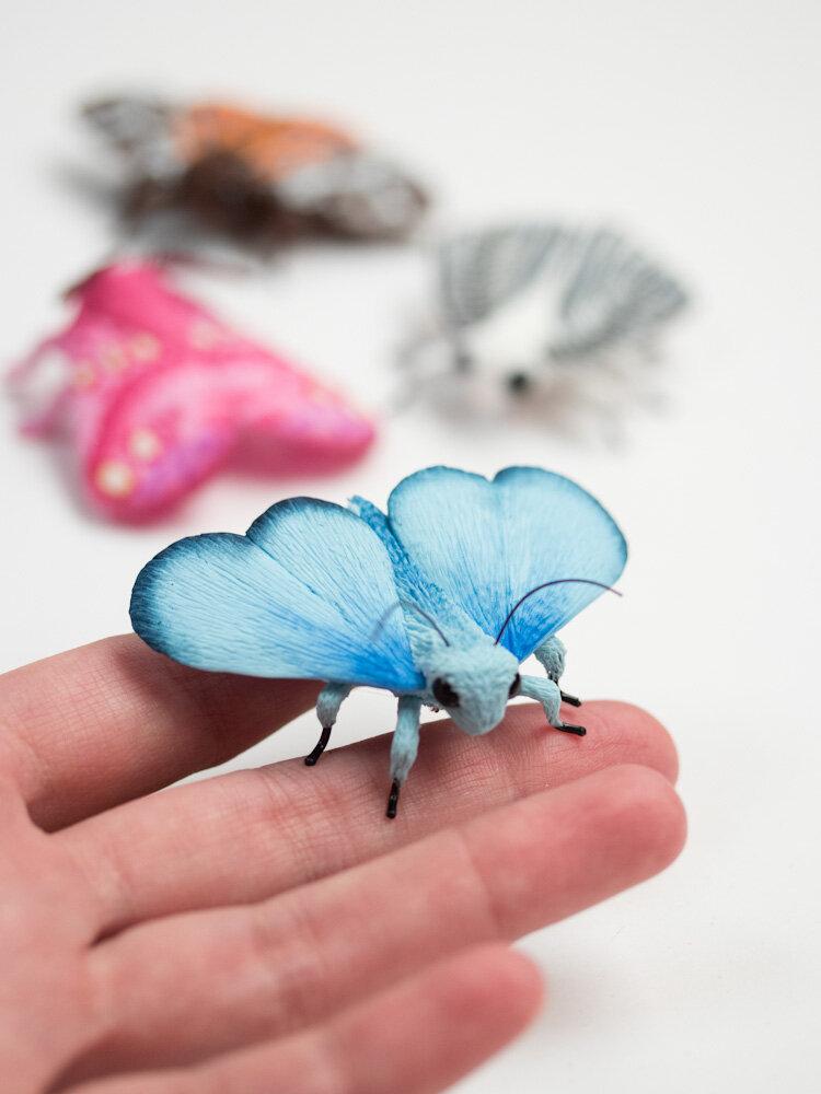蓝蛾雕塑和胸针,斯蒂芬妮·基尔加斯特艺术