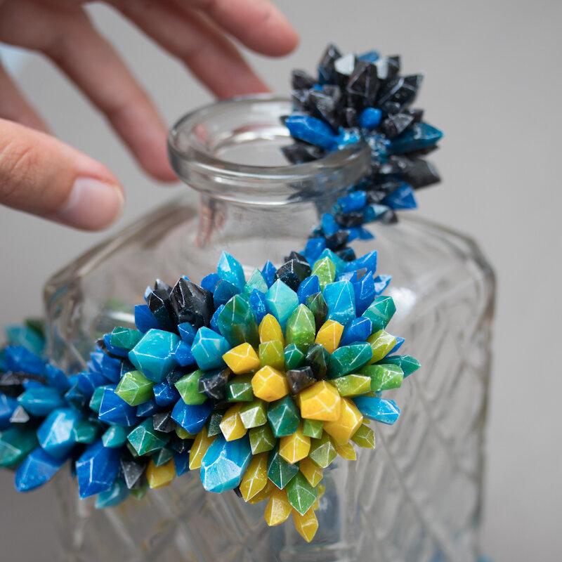 结晶,2018,玻璃/水晶瓶上的混合媒体雕塑,斯蒂芬妮·基尔加斯特