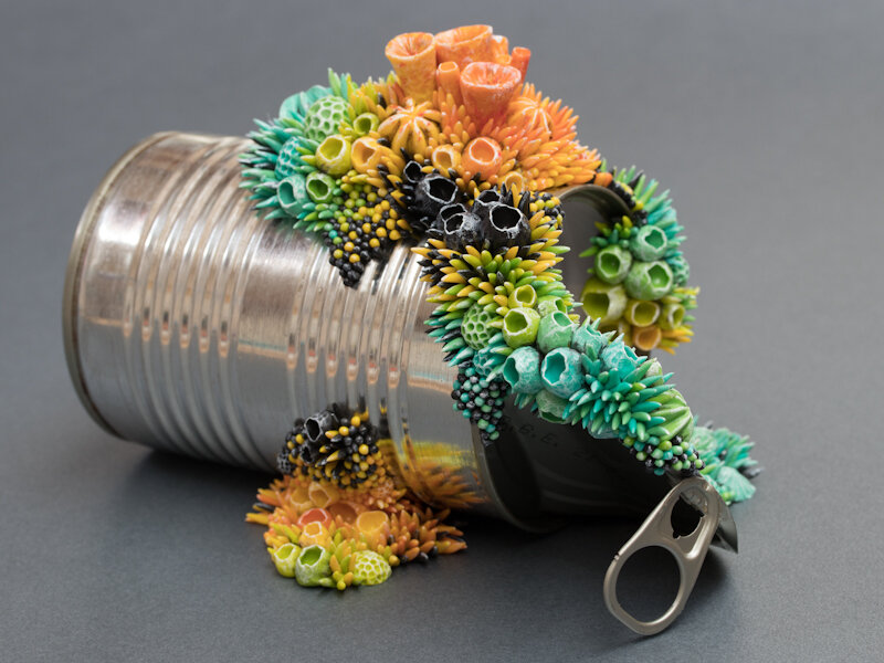 《热带》,2018年,锡罐上的混合媒体雕塑,斯蒂芬妮·基尔加斯特(Stephanie Kilgast)