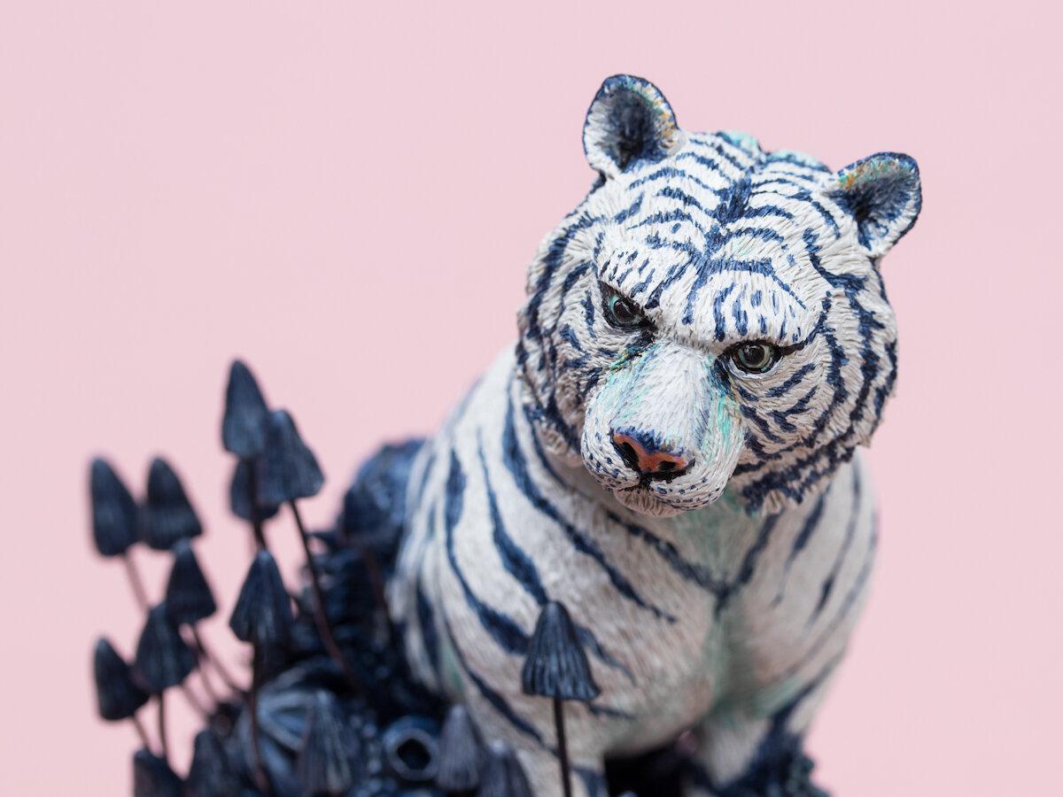 入侵(老虎),2019年,锡罐上的混合媒体雕塑,斯蒂芬妮·基尔加斯特(Stephanie Kilgast)