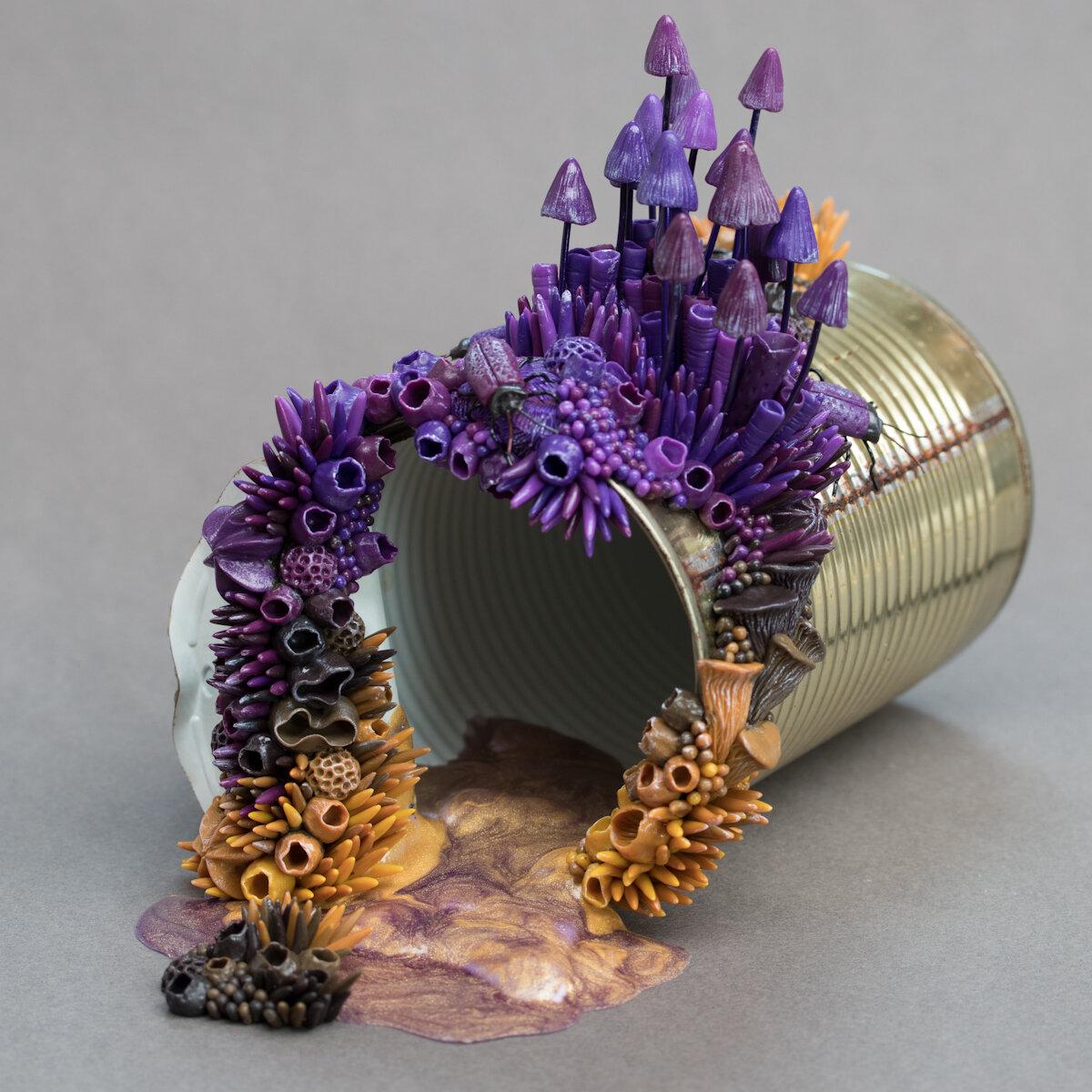 紫色真菌,2019年,锡罐上的混合媒体雕塑,斯蒂芬妮·基尔加斯特