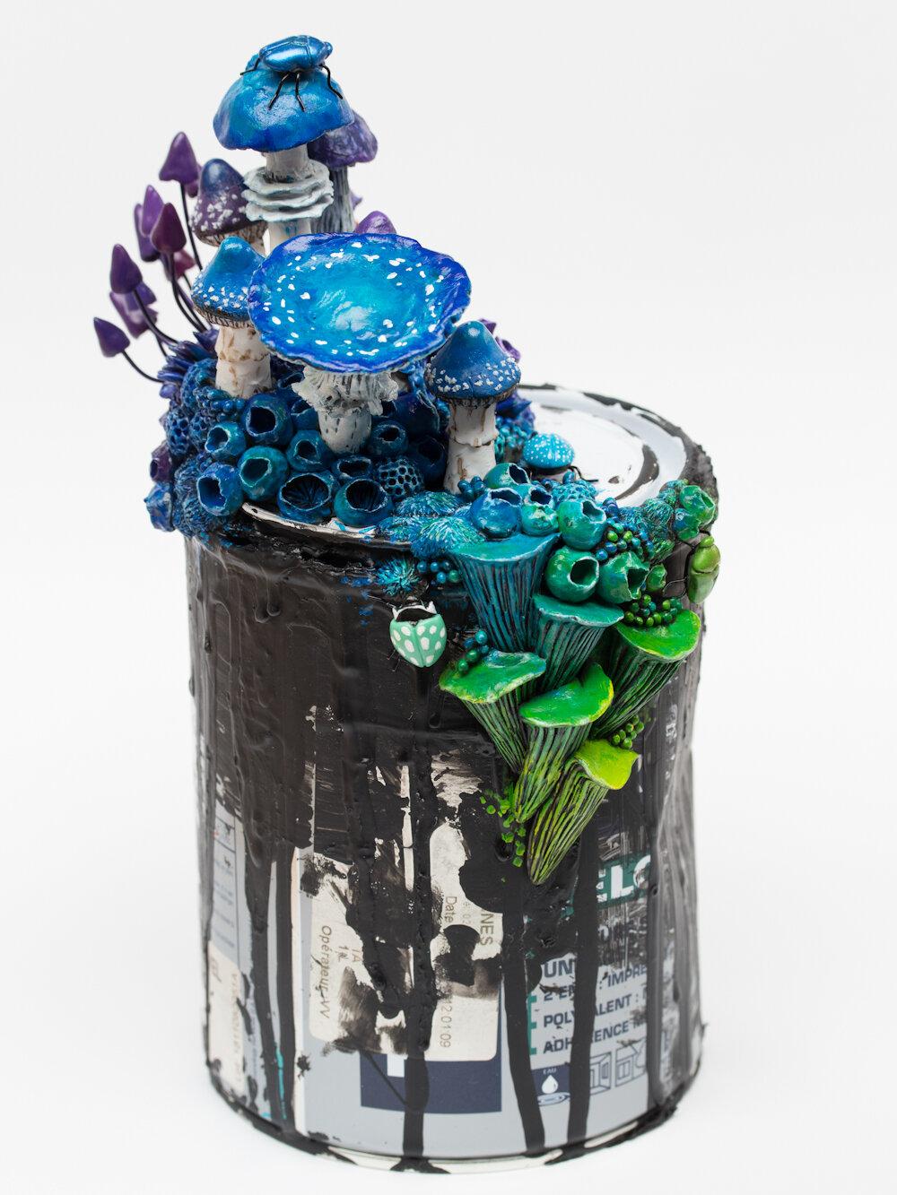 弧,2019,垃圾桶上的混合媒体雕塑,斯蒂芬妮·基尔加斯特