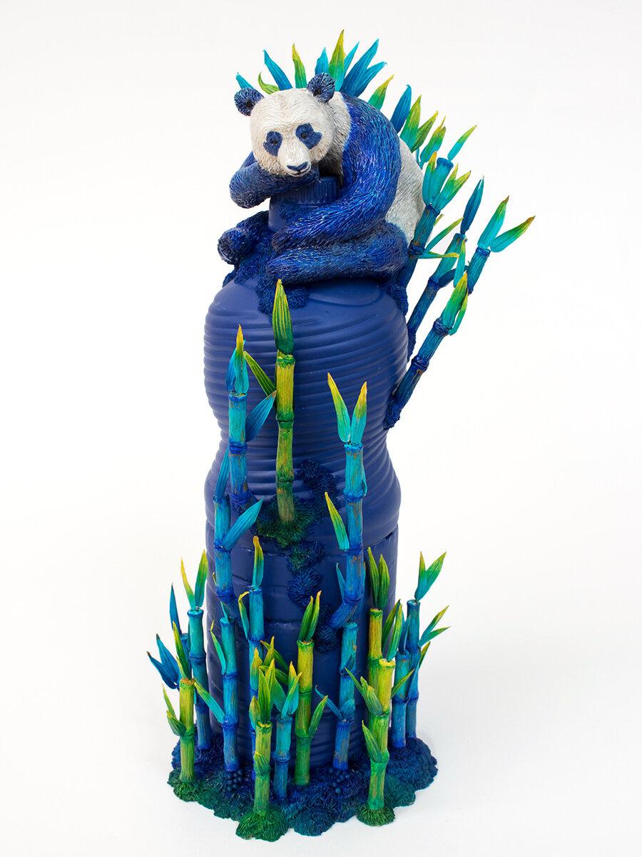 蓝熊猫,塑料瓶雕塑,2020年,斯蒂芬妮·基尔加斯特(Stephanie Kilgast)