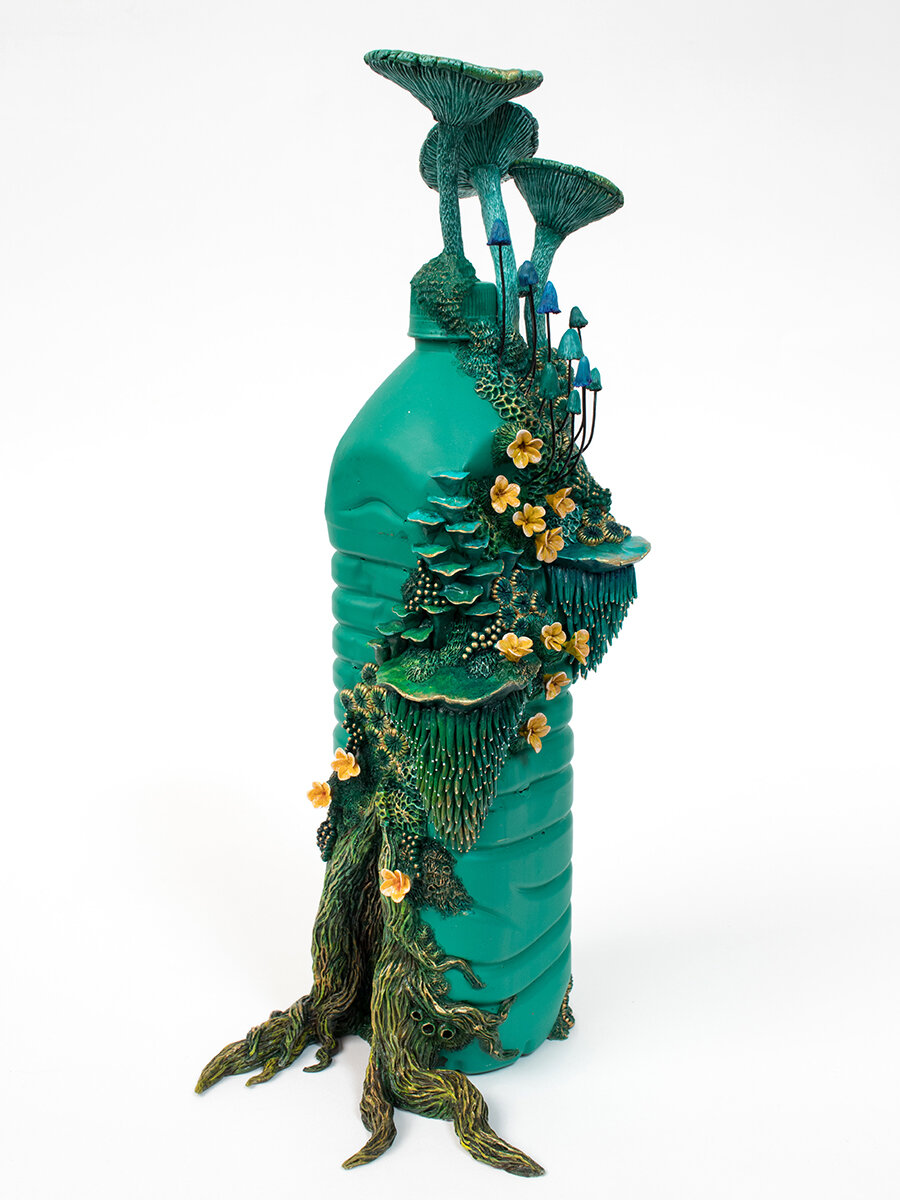 塑料永远不会绿色,塑料瓶上的雕塑,2020年,斯蒂芬妮·基尔加斯特(Stephanie Kilgast)