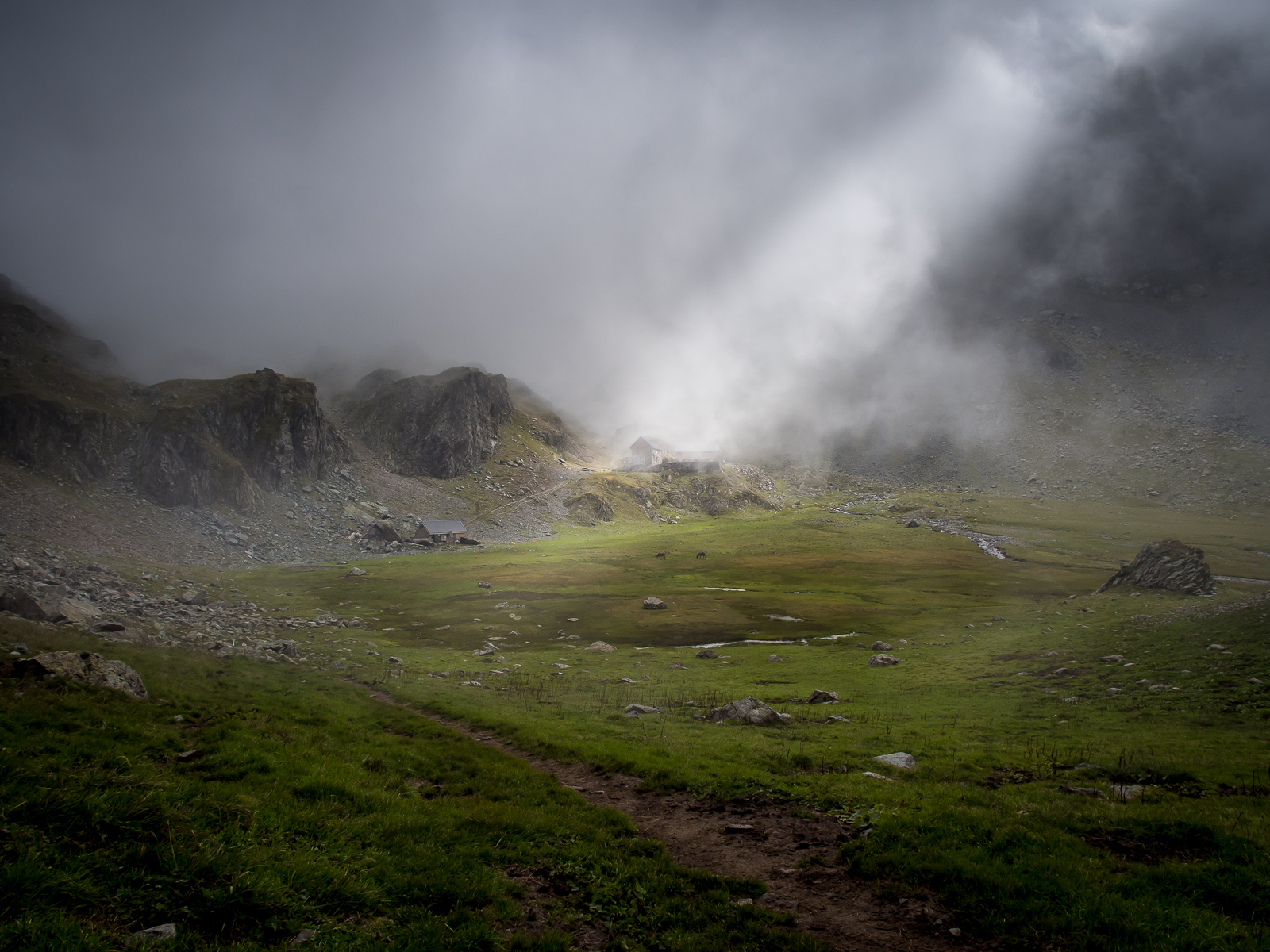 Refuge de la Pra as the mist descends