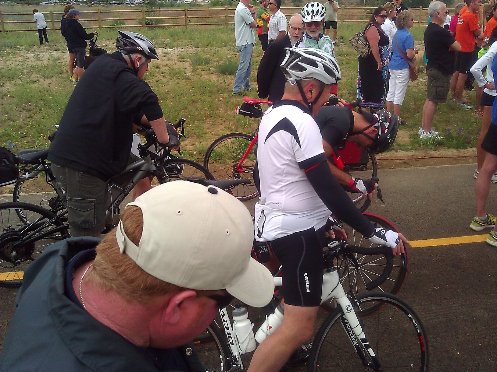 AVID BIKERS READY TO USE THE TRAIL